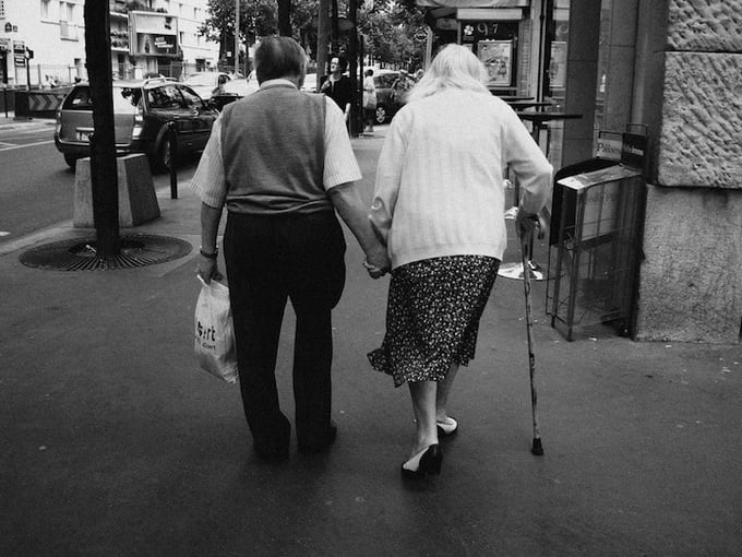 9e696 OldPeopleHoldingHands1