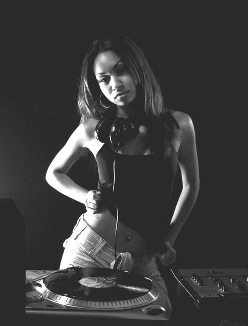 girls_with_vinyl_records_02
