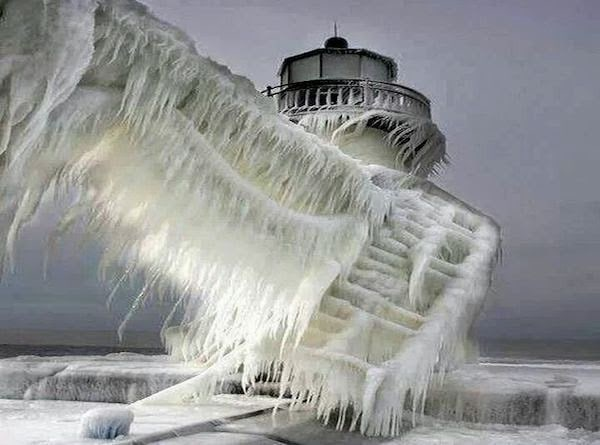 A+frozen+lighthouse+near+Lake+Michigan.+-+The+30+Most+Amazing+Photos+Of+Frozen+Things+In+Honor+Of+The+Coldest+Morning+Of+The+21st+Century