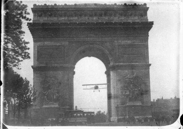 Fly through the Arc de Triomphe