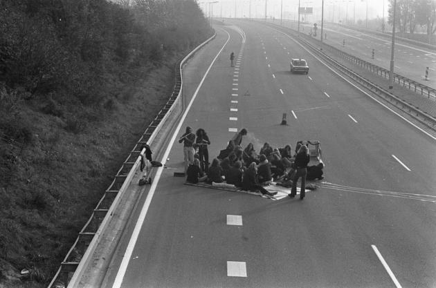 Highway picnic during the Oil Crisis, 1973