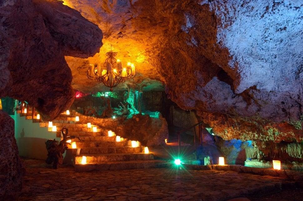 Alux Caverna Lounge