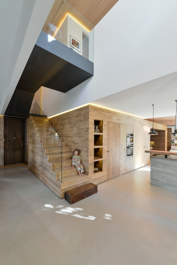 Harmonious-relationship-between-the-old-and-the-contemporary-architecture-House-in-Estoril-HomeWorldDesign-13-683x1024
