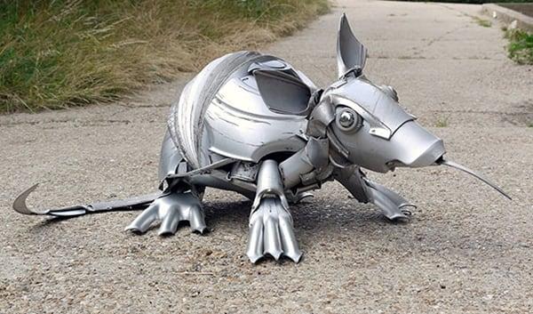 hubcap-sculpture-armadillo
