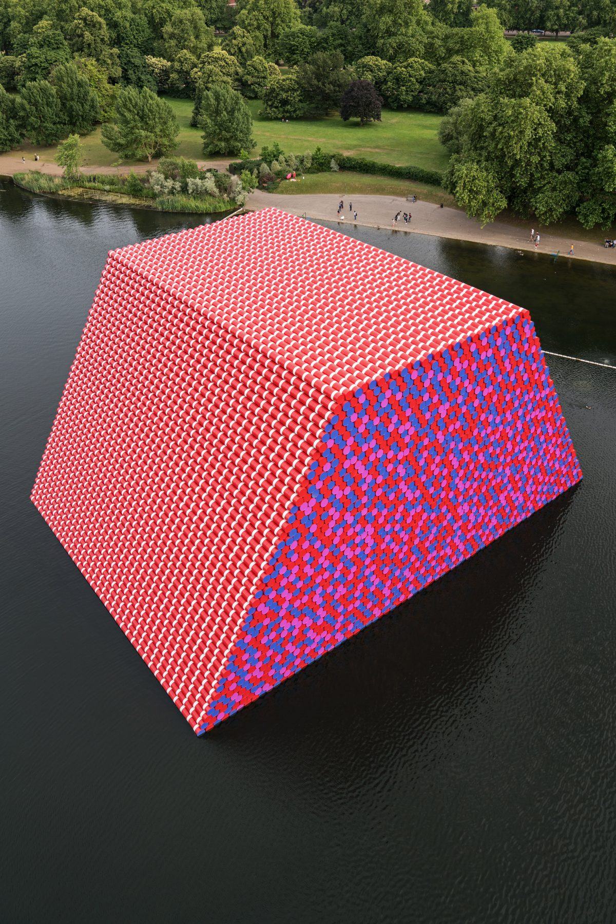 christo the london mastaba serpentine 1