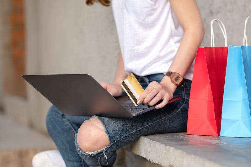 shopping girl holds credit card in hand 8YWST5N