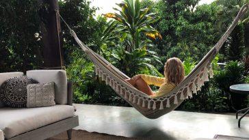 woman relaxing in hammock t20 Qa1e3W