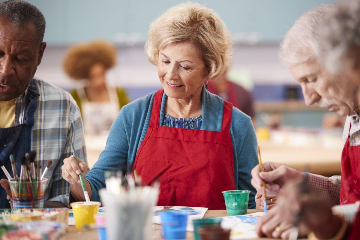 retired senior woman attending art class in commun 8NDHRG6