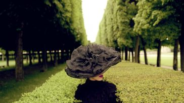 FAS 3b RodneySmith woman with hat between hedges parc de sceaux france 2004