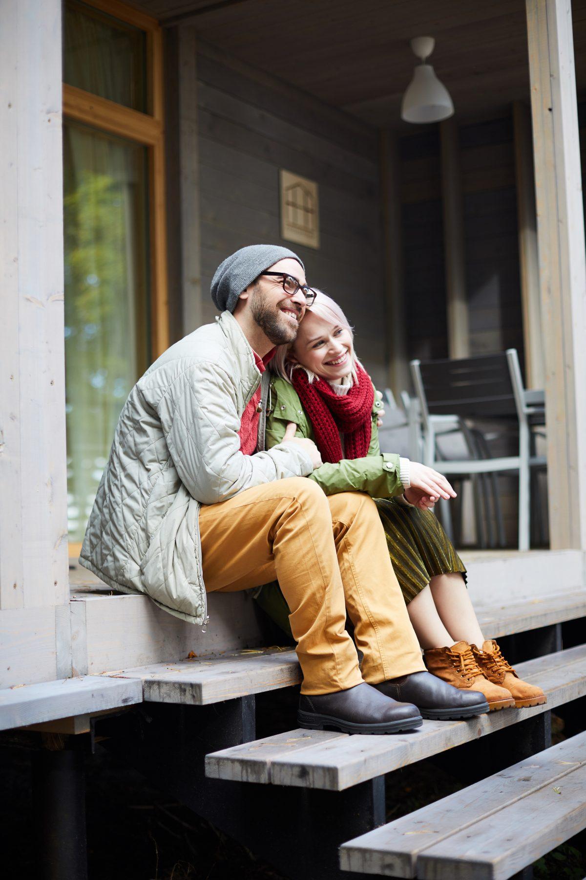 romantic couple on porch KYR6W7P