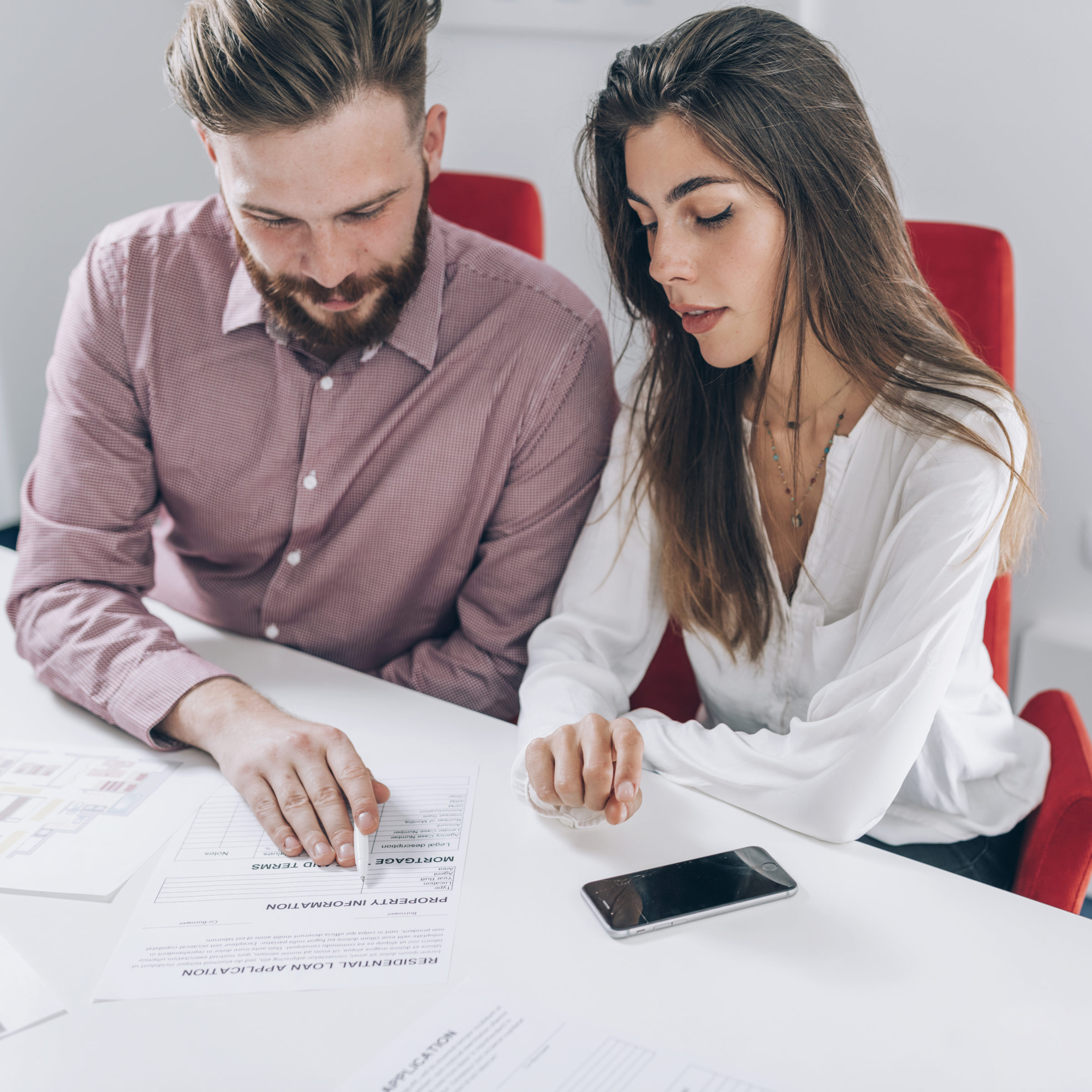 couple signing mortgage contract 6EAR7WZ