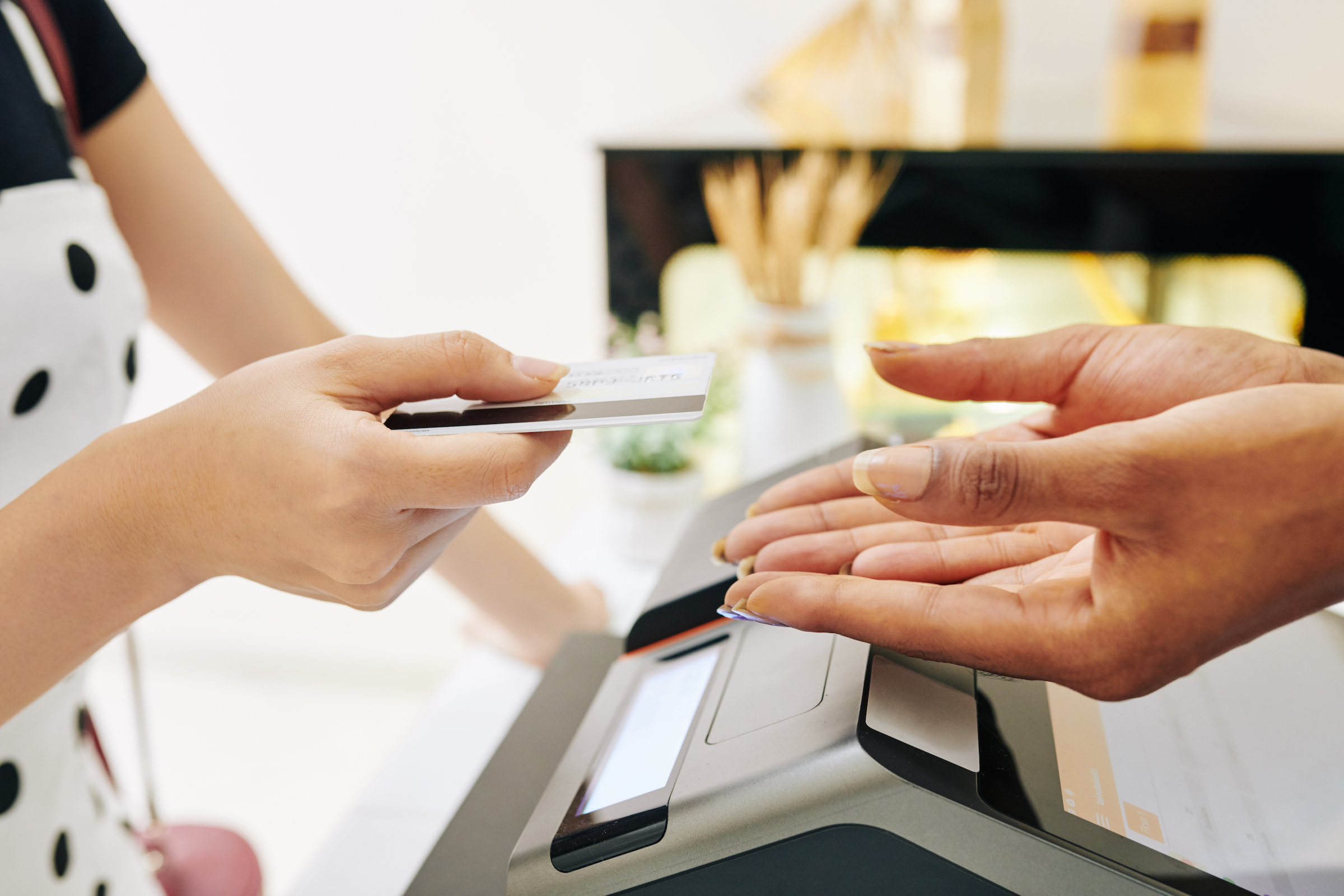 customer paying with credit card GCQRAW3