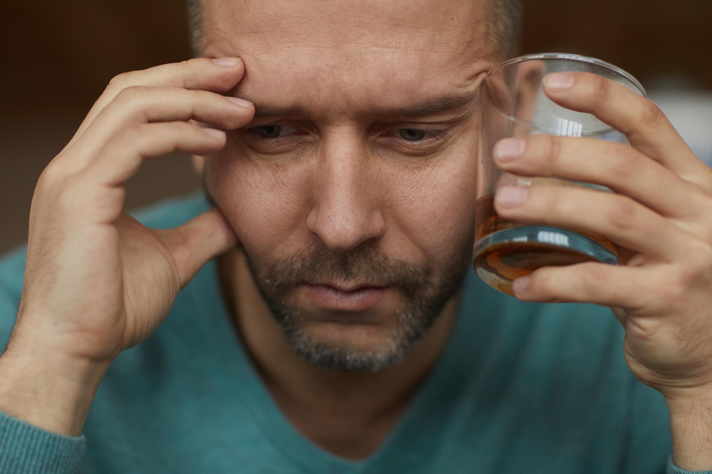 man drinking alcohol GFZM47M