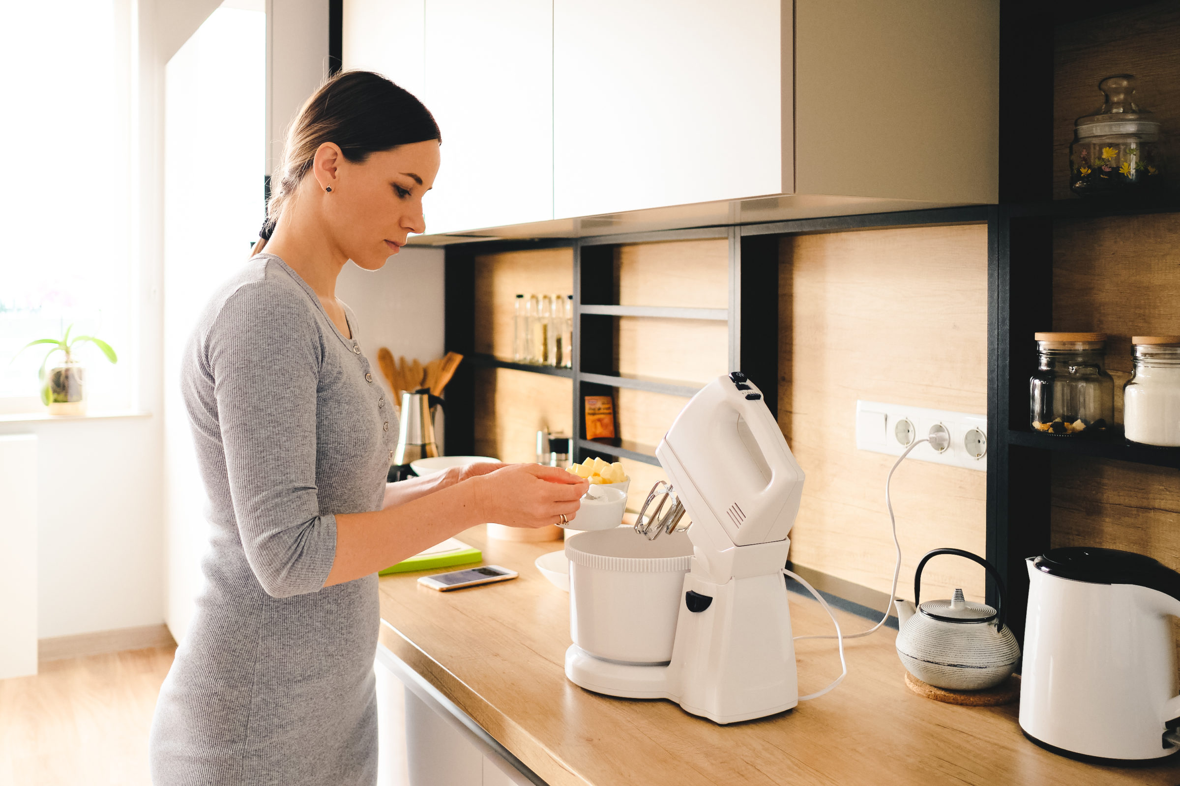 authentic woman using a handheld mixer 85PGY44
