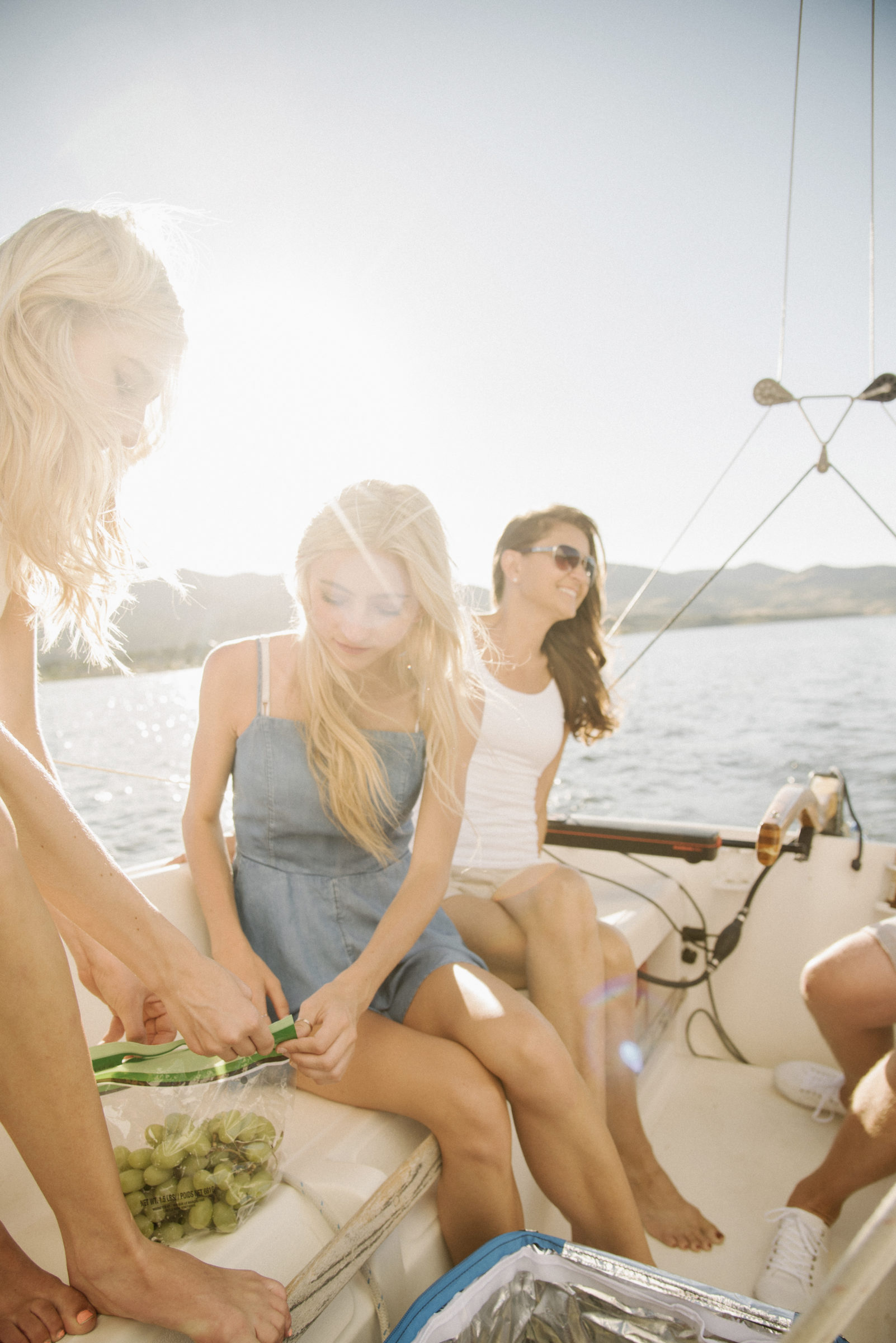 mother and her two blond daughters sitting on a sa 2BQ3XJY