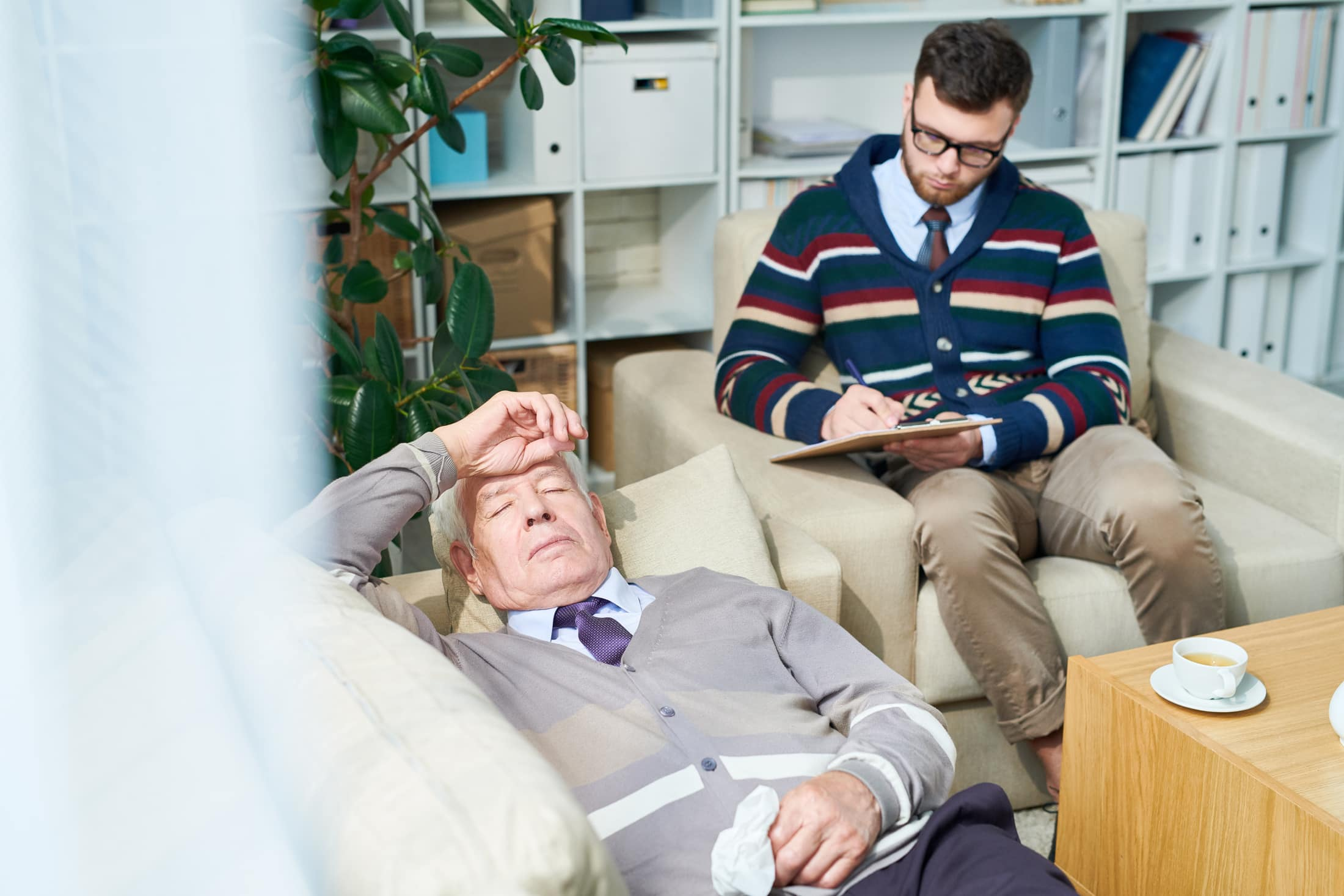 elderly man in therapy 6MB2NA3
