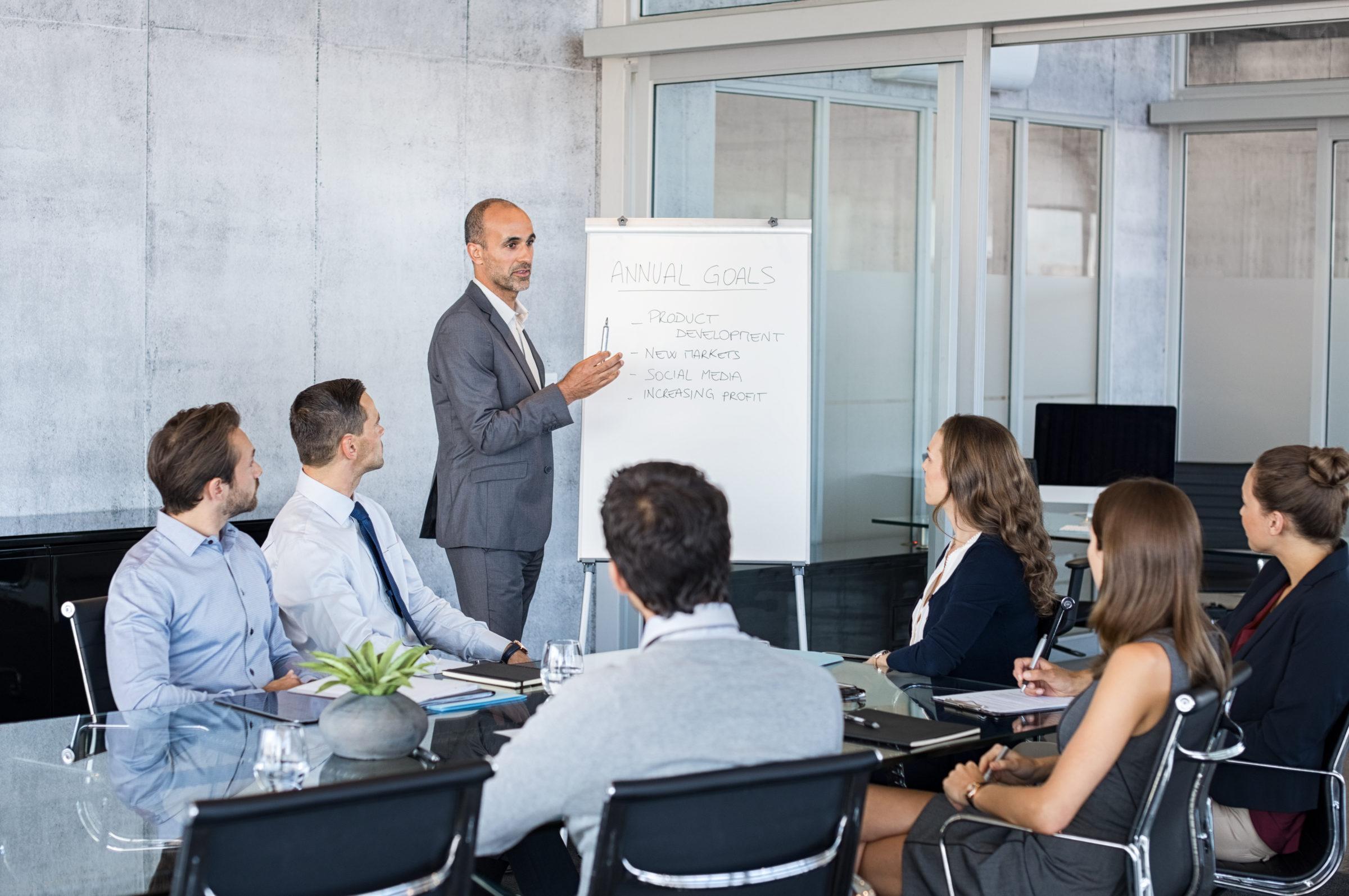leader briefing business people PJECLTE