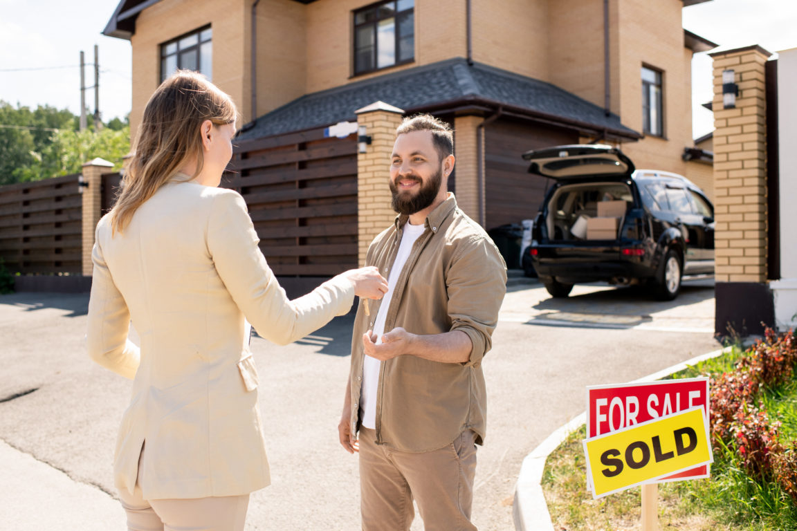 realtor passing key to buyer BW5W9FH