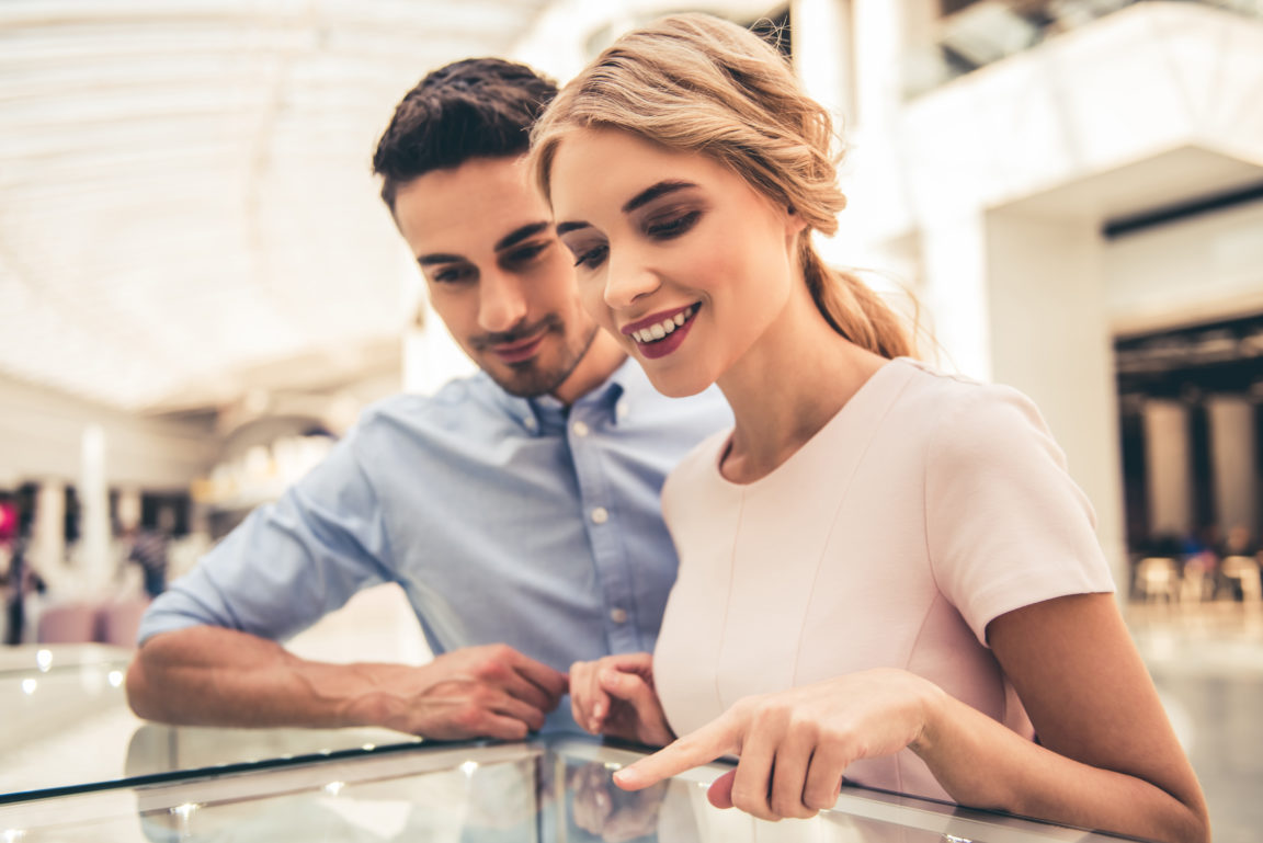 couple buying jewelry BDUXTBB