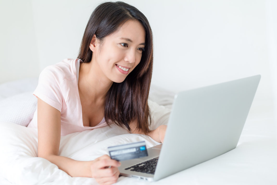 woman using credit card for online shopping 85CDG6W