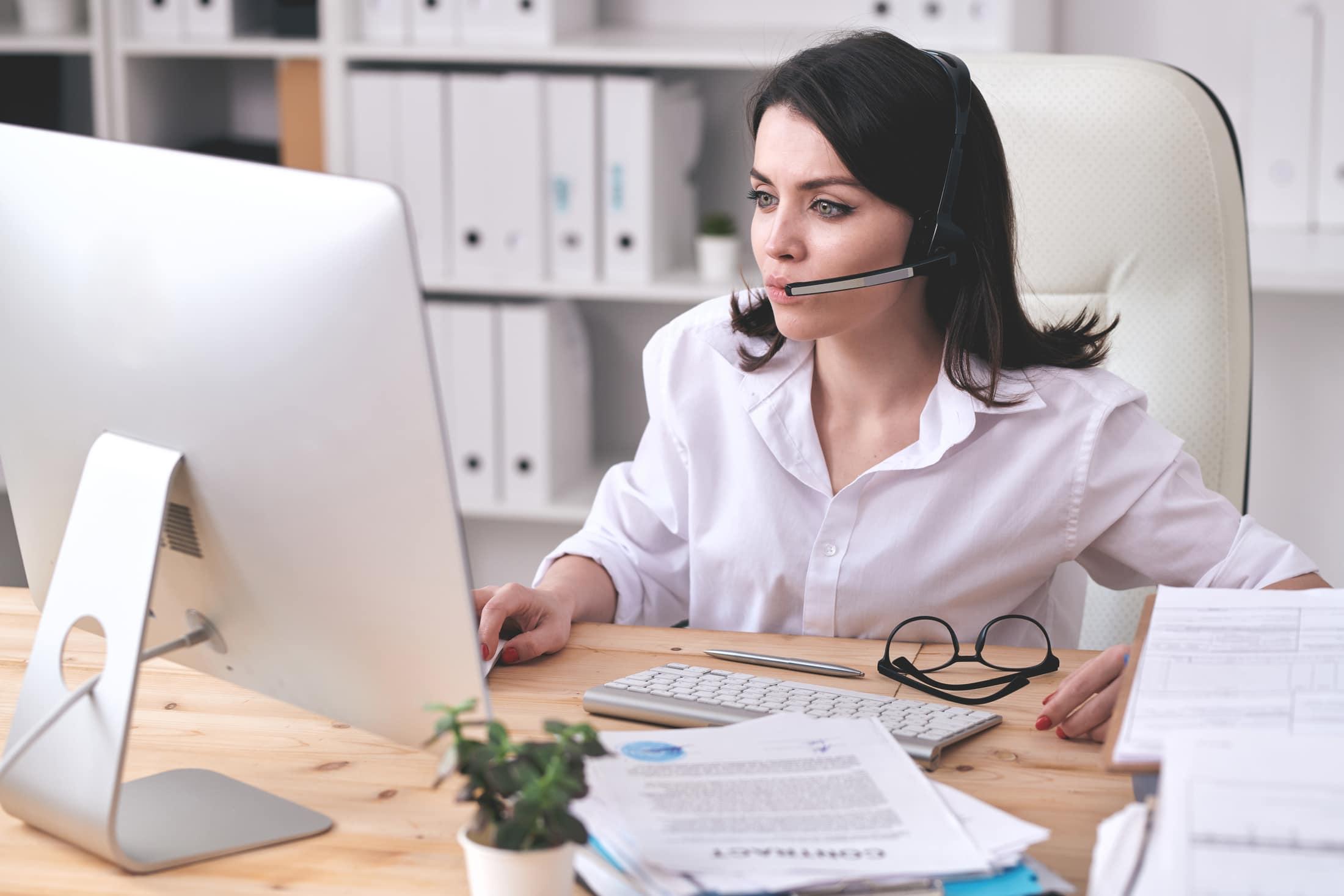 customer service operator at work 2KQHYNU