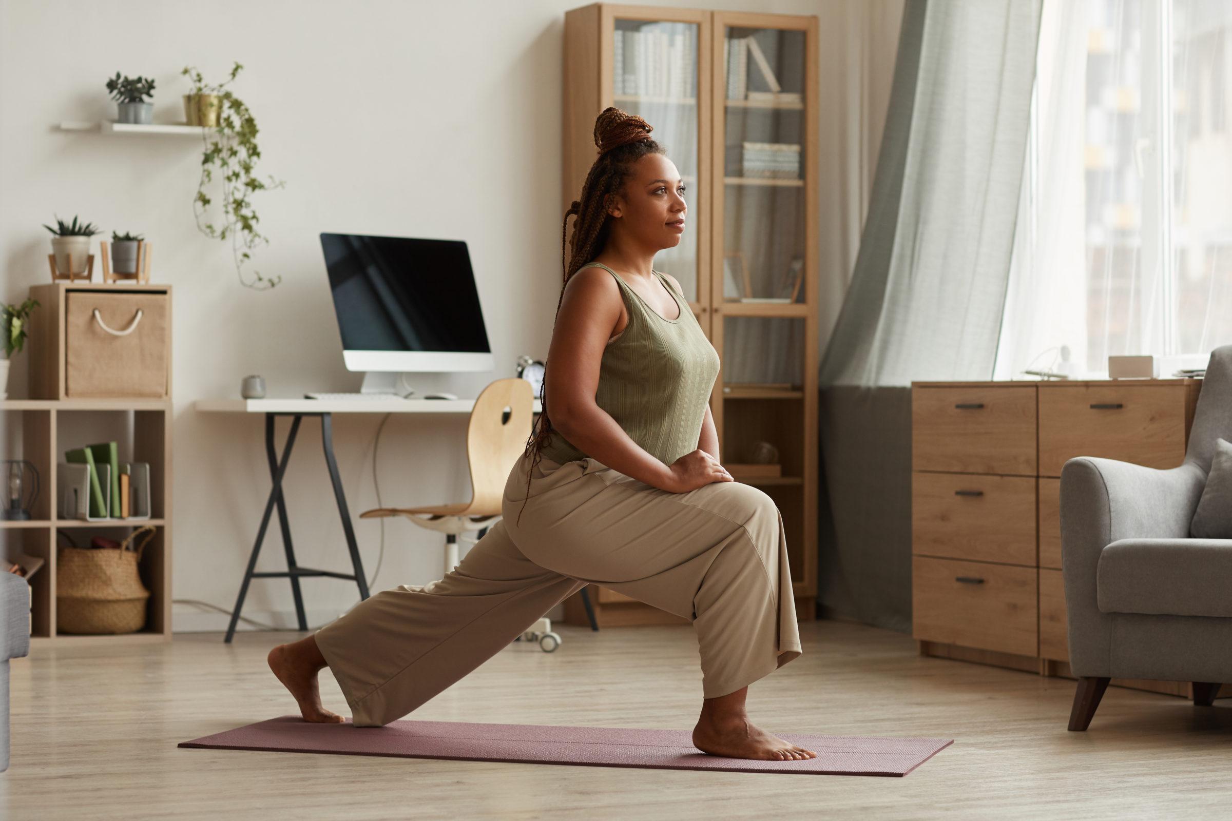 woman exercising on exercise mat QXVVNXR