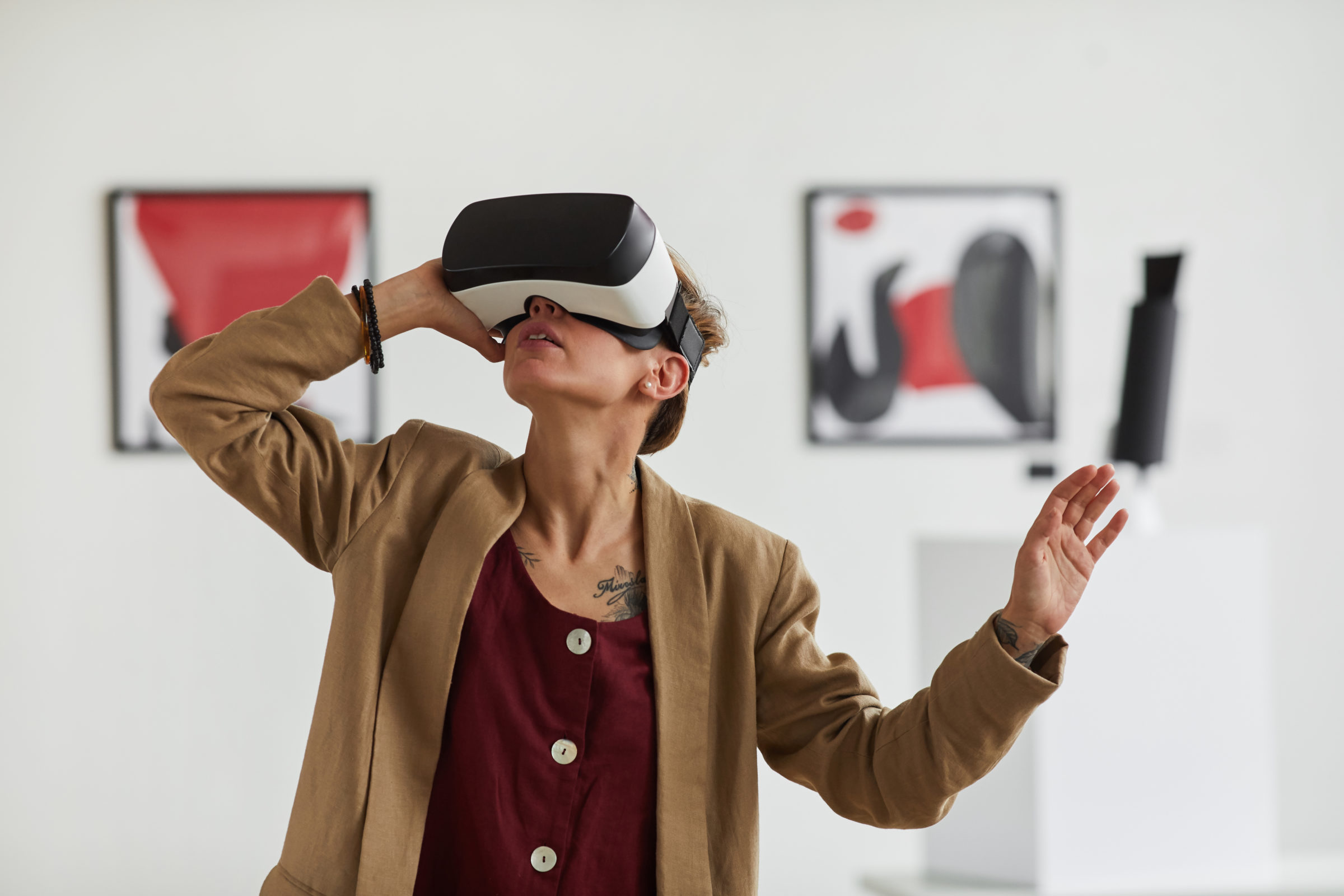 young woman wearing vr in museum of modern art 4HKQPTX