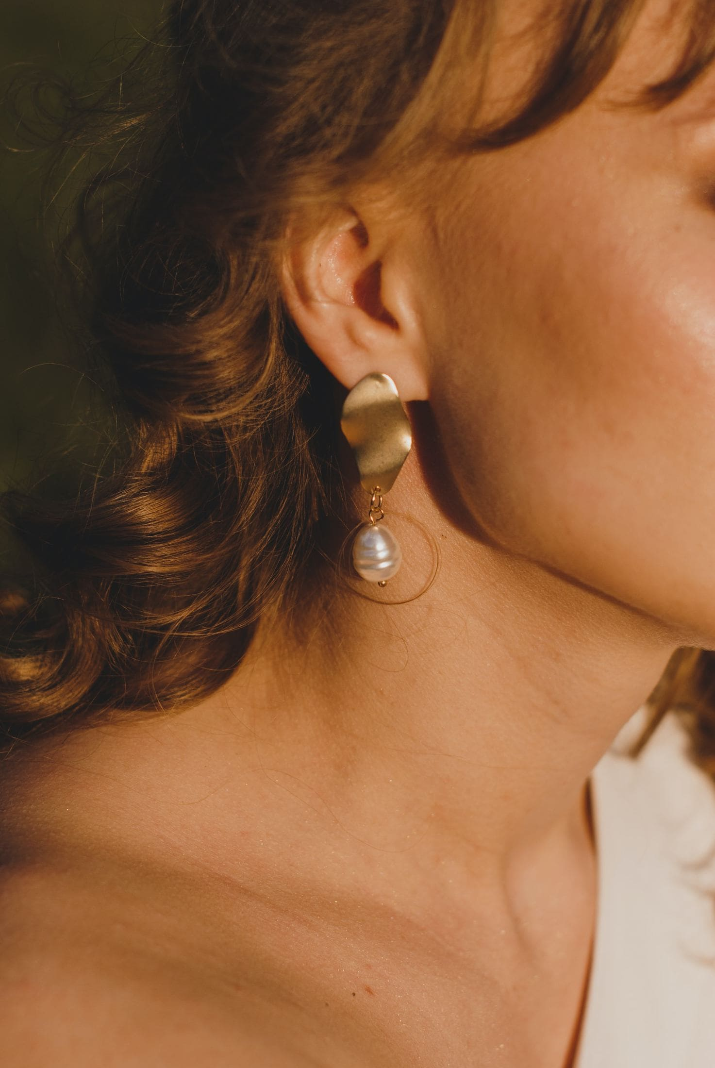 woman wearing silver and white pearl earring