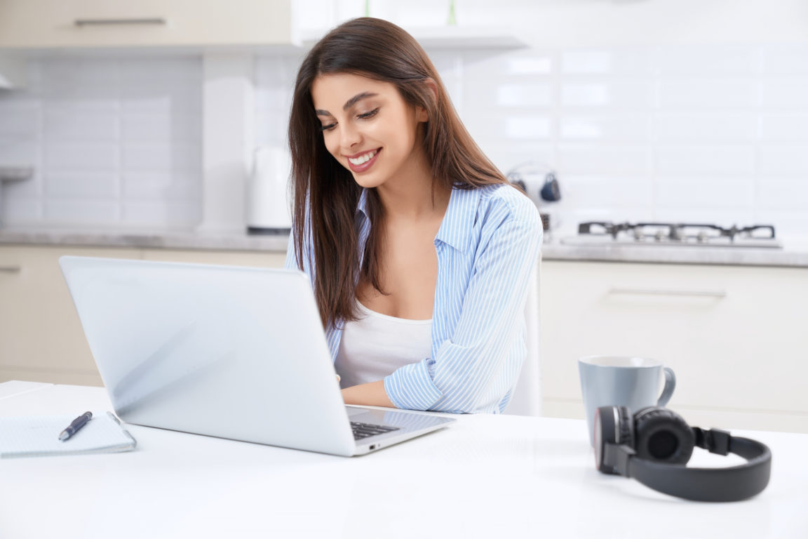 smiling woman working or studying at home DWYXS2Y