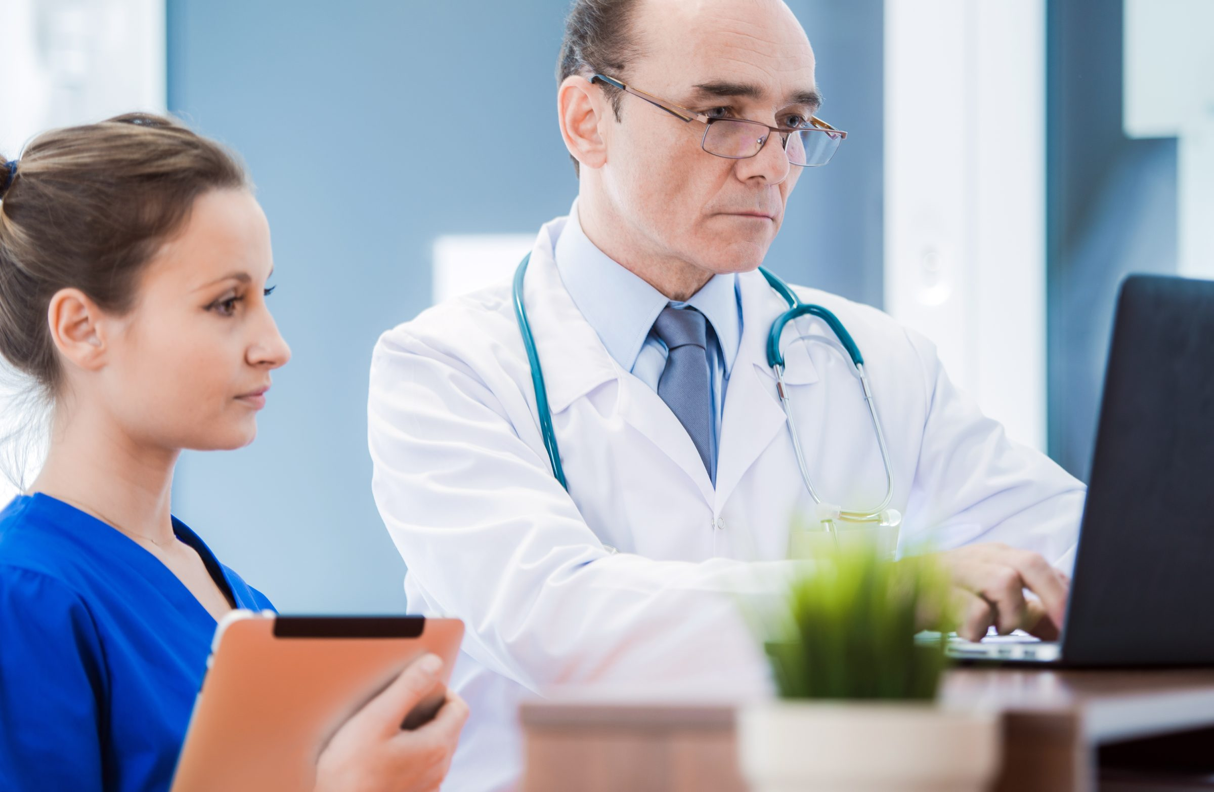 medical doctor with laptop PQKC43N