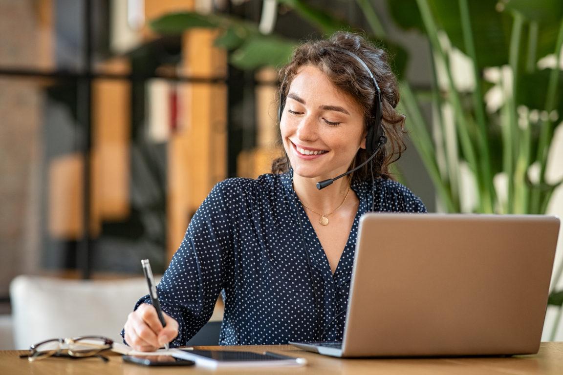 successful customer service representative using l CBBSXQ5