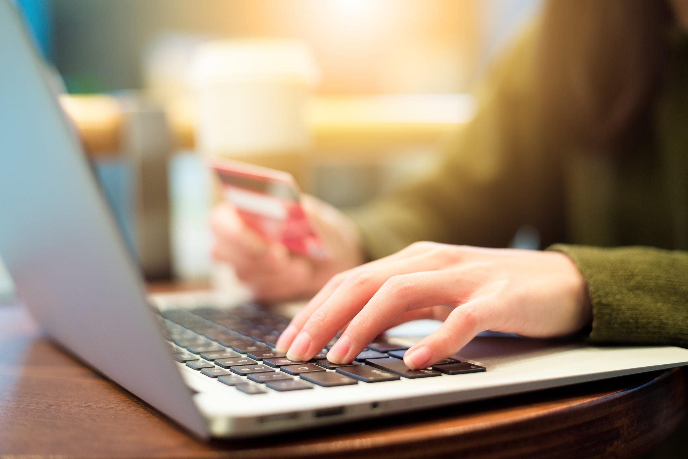 woman shopping online ENP22GF