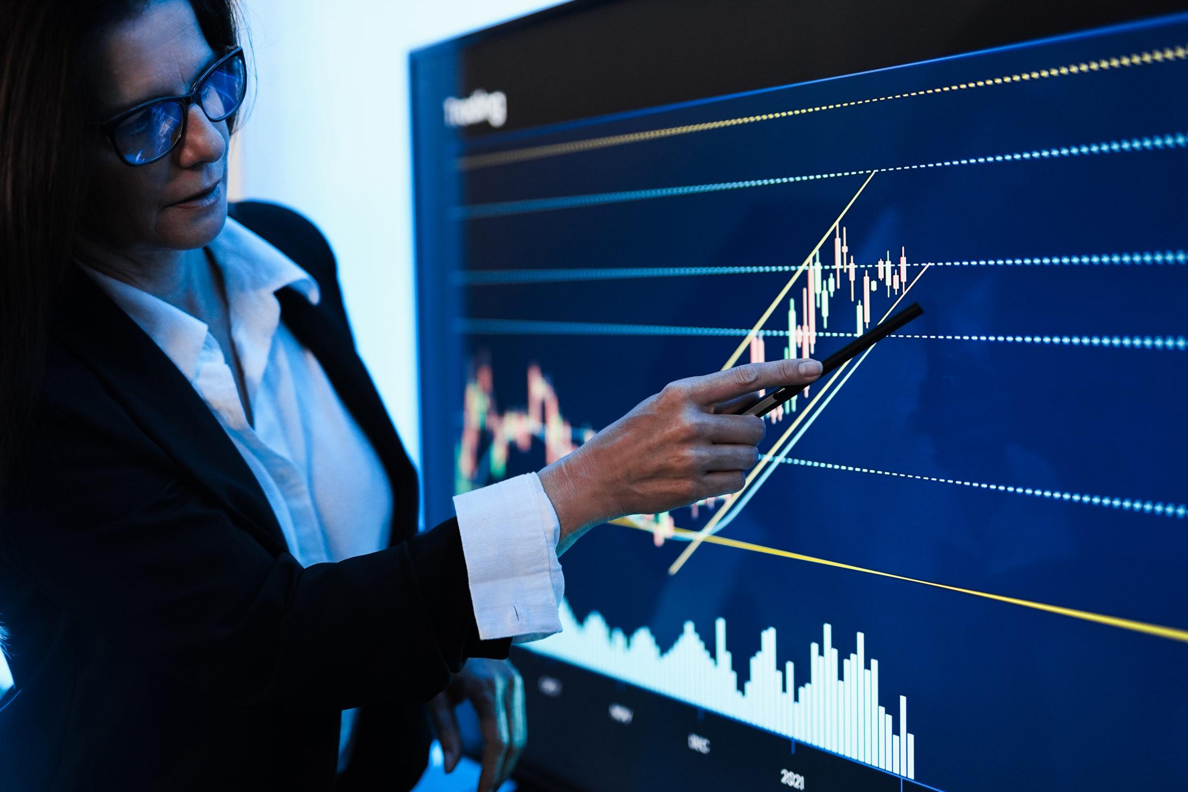 business woman explaining trading strategies insid 4J8US77